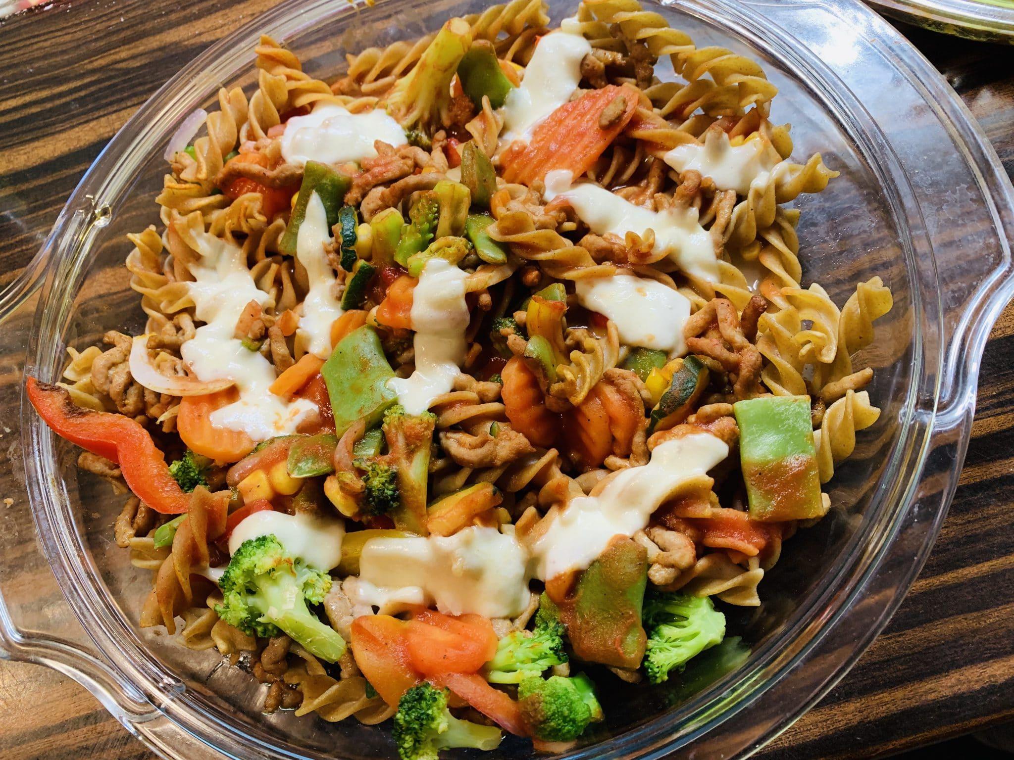 Zapiekanka z mozzarellą, warzywami i mięsem