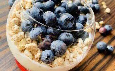 Jogurt straciatella z crunchy i borówkami