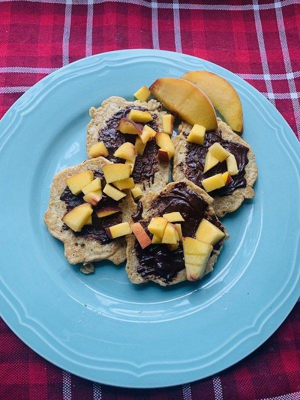 Owsiane placuszki z brzoskwinią i gorzką czekoladą