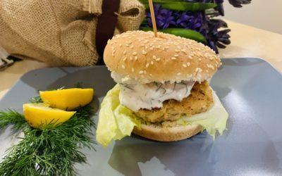 Fishburger z kotletem z dorsza i sosem jogurtowo-koperkowym